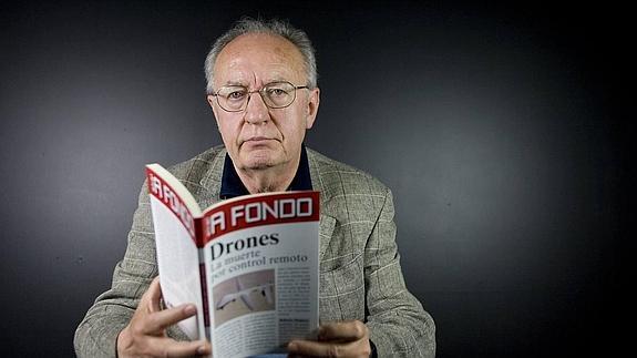 """Roberto Montoya y su libro """"Drones, la muerte por control remoto""""."""