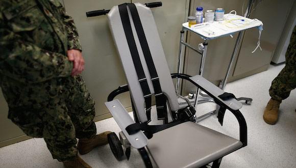 Silla que utilizan para alimentar a la fuerza a los presos de Guantánamo que se declaran en huelga de hambre. Foto: Al Jazeera.