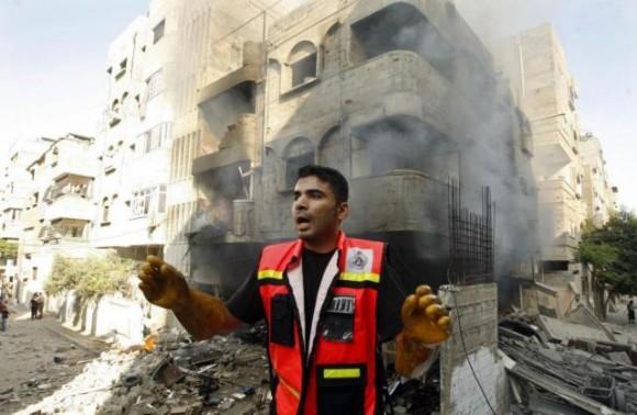 EN GAZA. Un socorrista pide ayuda luego de que una bomba de la aviación israelí impactara en un edificio. Foto: REUTERS