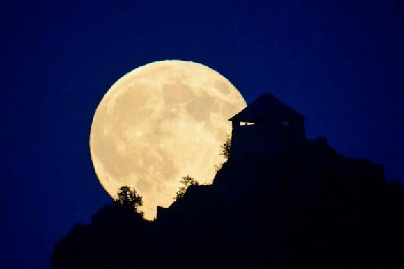 Astro gigante. La luna se posa sobre el castillo de Somoskouifalu, al noreste de Budapest, Hungría.