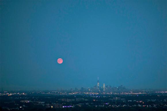 """Una vista panorámica de la """"superluna"""" sobre la ciudad de Nueva York, Estados Unidos."""