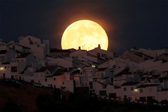 """La ciudad de Olvera es iluminada por la """"superluna"""", en la provincia española de Cádiz"""