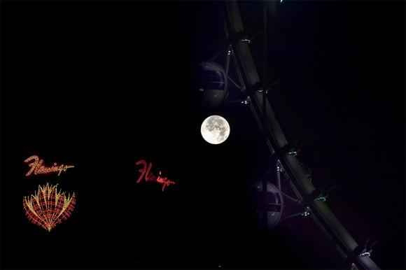 Anuncios de neón de hoteles se mezclan con la luna en la ciudad de Las Vegas, Estados Unidos.