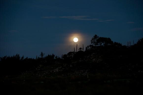 En un paisaje más agreste, la luna brilla sobre la localidad de Chiantla, Guatemala.
