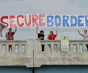 """Estadunidenses se manifestaron el viernes pasado por """"una frontera segura"""", que evite la llegada de más migrantes en Indianápolis. Foto: AP."""
