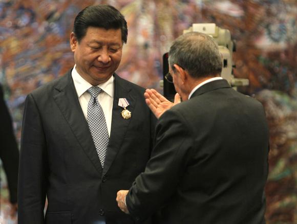 Raúl impuso al presidente Xi Jinping la Orden José Martí. Foto: Ismael Francisco