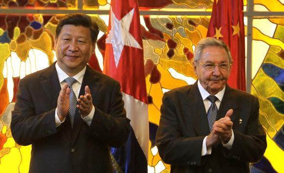 Xi Jinping y Raúl durante la firma de los acuerdos de cooperación