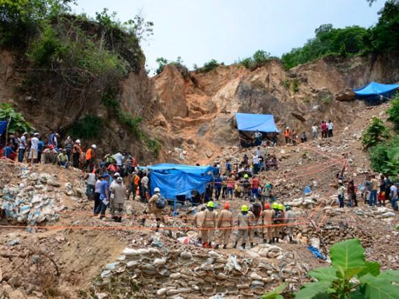 Vista general de una de las bocas de la mina, donde trabajan para rescatar a los once mineros artesanales atrapados en una mina, que se derrumbó la noche del miércoles 2 de julio, en la comunidad de San Juan Arriba, en el sur de Honduras. | Fuente: AFP