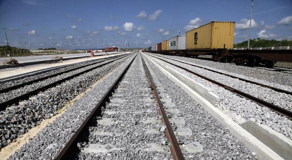 Viales y líneas férreas nuevos o reconstruidos conectan a la Zona Especial con las redes nacionales de carreteras y ferrocarriles, para asegurar el traslado de mercancías y pasajeros. Foto: Ismael Francisco/Cubadebate.