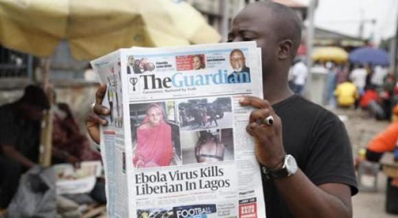 Un hombre lee un periódico en una calle de Lagos, Nigeria, en el que se reportan las muertes causadas por el ébola en diferentes naciones del oeste de África. Foto: AP.