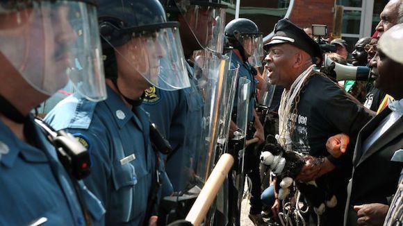 Manifestantes en las proximidades de la Estación de Policía de Ferguson, el 11 de agosto, 2014. Foto: AP