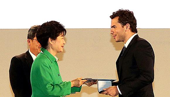 El brasileño recibió el premio de manos de la presidenta de Corea del Sur, Park Geun-Hye. Foto: AFP Getty.