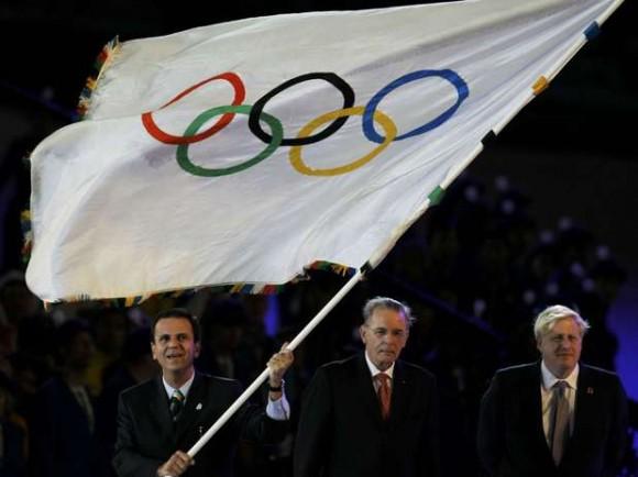 El alcalde de Río, Eduardo Paes, recibió la posta olímpica en la ceremonia de clausura de Londres 2012.