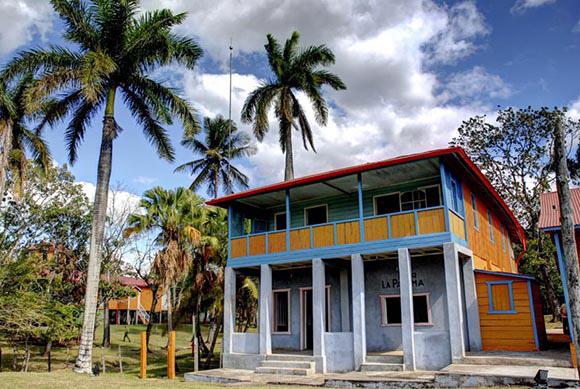 Casa construida para el máximo líder de la Revolución cubana Fidel Castro cuando se graduara de abogado (encima), utilizada también por la familia Castro Ruz cuando sufrió un incendio la casa principal, en el conjunto histórico de Birán, Monumento Nacional, ubicado en el municipio de Cueto, de la oriental provincia de Holguín, Cuba,  el 12 de agosto de 2014. Foto: Juan Pablo Carreras.