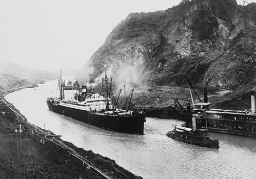 Primer viaje a través del canal el 15 de agosto de 1914.