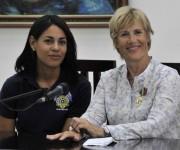 Intervención de Diana Nyad (D), nadadora norteamericana, durante la conferencia de prensa, después de ser condecorada  con la Orden al Mérito Deportivo, concedida por el Consejo de Estado de la República de Cuba, Nyad es la primera persona que logró cruzar a nado el Estrecho de la Florida, en La Habana, el 30 de agosto de 2014. AIN FOTO/Marcelino VAZQUEZ HERNANDEZ/sdl