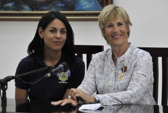 Intervención de Diana Nyad (D), nadadora norteamericana, durante la conferencia de prensa, después de ser condecorada  con la Orden al Mérito Deportivo, concedida por el Consejo de Estado de la República de Cuba, Nyad es la primera persona que logró cruzar a nado el Estrecho de la Florida, en La Habana, el 30 de agosto de 2014. Foto: Marcelino VAZQUEZ HERNANDEZ/sdl