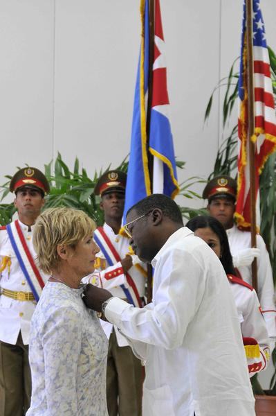 Cristian Jiménez (d), presidente del Instituto Nacional de Deportes, Educación Física y Recreación (INDER), condecoro a la nadadora norteamericana Diana Nyad, con la Orden al Mérito Deportivo, concedida por el Consejo de Estado de la República de Cuba , Nyad es la primera persona que logró cruzar a nado el Estrecho de la Florida, en La Habana, el 30 de agosto de 2014. Foto: Marcelino VAZQUEZ HERNANDEZ/sdl