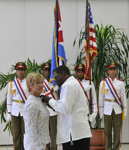 Recibe nadadora estadounidense Diana Nyad condecoración en Cuba
