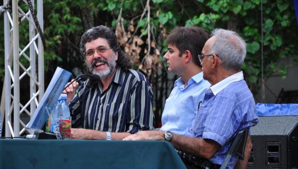 De izquierda a derecha: Abel Prieto Jiménez, asesor del presidente, Abel Enrique González Santamaría, autor del libro, y Juan Carlos Rodríguez, director de la Editorial Capitán San LuIs. FOTO: Roberto Garaicoa/CUBADEBATE.