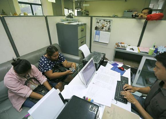 Dos madres de alquiler tailandesas son interrogadas por la policía. Foto: EFE.