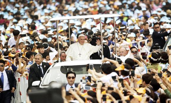 En una de las jornadas de su visita, el Sumo Pontífice celebró una ceremonia de beatificación de 124 mártires coreanos en el centro de Seúl con la asistencia de cientos de miles de personas. Foto: AFP.