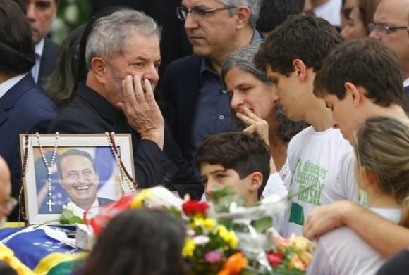 El ex presidente de Brasil, Luiz Inácio Lula da Silva habla con Renata Campos, viuda de Eduardo Campos, y sus hijos durante el velorio en el interior del Palacio de Gobierno de Pernambuco, este domingo. Foto Reuters