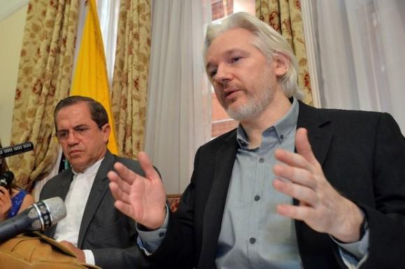 El fundador de Wikileaks, Julian Assange y el ministro ecuatoriano de Relaciones Exteriores, Ricardo Patiño, en la embajada de Ecuador en Londres, en imagen de ayer. Foto Xinhua