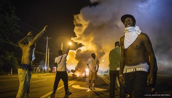 Manifestantes en la calle West Florissant, donde se han producido los enfrentamientos con la Guardia Nacional.