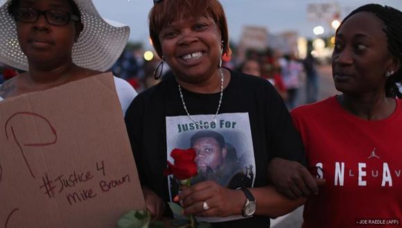 Mujeres durante la marcha para pedir justicia por John Brown, el joven negro de 18 años que murió a manos de una gente blanco.