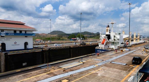 El barco ha pasado a la Segunda Esclusa y se prepara para continuar viaje por el canal. Foto: Alex Castro.