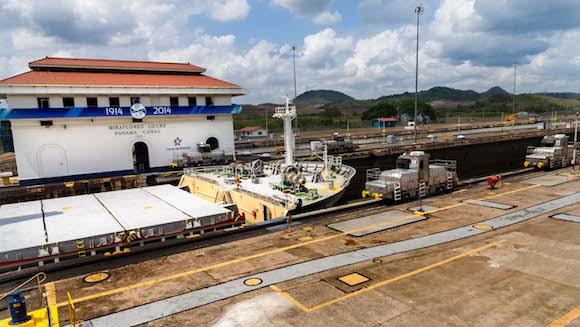 El barco pasa a la 2da esclusa todas estas operaciones se realizan una vez pagado el peaje que se calcula en base al tamaño del barco su desplazamiento etc. Foto: Alex Castro.