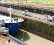 Potentes locomotoras a los lados del canal se encargan de mover el barco a través de la esclusa. Foto: Alex Castro.