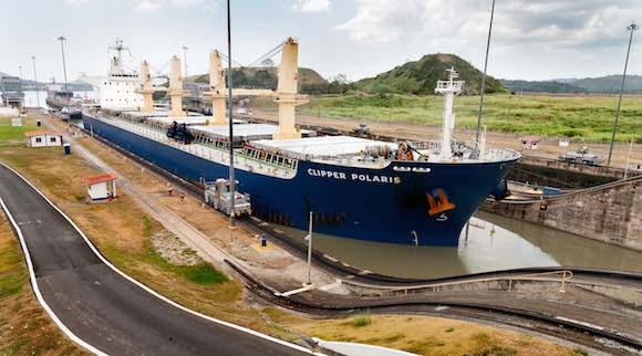 Una vez que se llena de agua la 1ra esclusa el barco se encuentra a la altura de la 2da esclusa. Foto: Alex Castro.