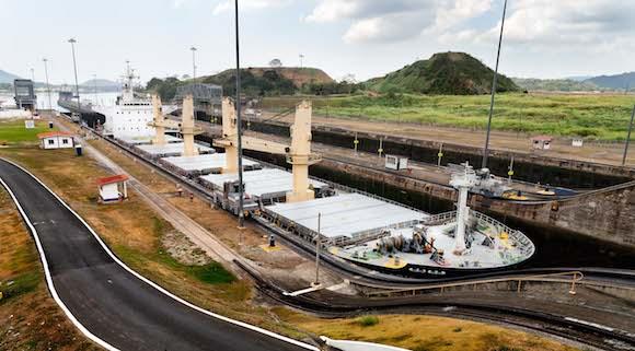 Se cierra la primera compuerta para comenzar el llenado de la esclusa. Foto: Alex Castro.