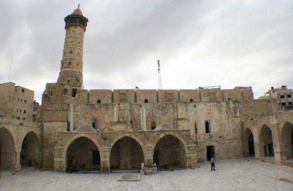 La mezquita Omari era uno de los edificios históricos todavía en pie en Gaza, una ciudad densa donde los bloques de viviendas de perpiaño bruto se alinean a lo largo de calles polvorientas. Foto: AFP