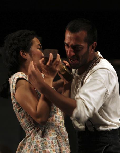 Naeem Hayat y Jenniffer Leong en los papeles de Hamlet y Ofelia. Foto: Ladyrene Pérez/ Cubadebate