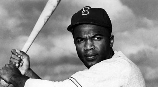 Jackie Robinson con el uniforme de los Dodgers de Brooklyn.