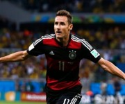 Klose es el único jugador junto al brasileño Pele y a su compatriota Uwe Seeler que ha conseguido anotar en cuatro Mundiales.