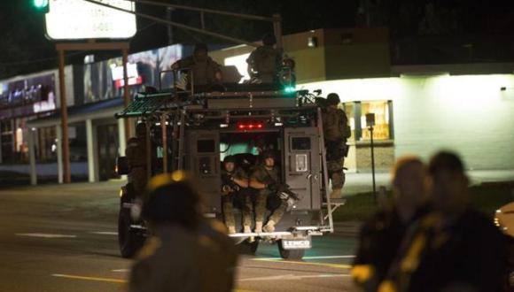 La policía de Missouri peina la ciudad en un vehículo blindado. FOTO: Reuters.