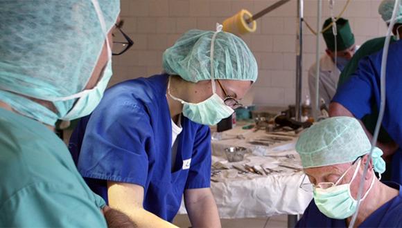 Médicos buscan la cura del ébola. Foto Reuters