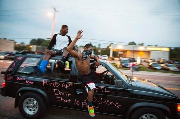 Manifestantes salen a la calle en Ferguson antes de toque de queda. Foto: Reuters.