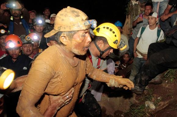 Mineros salen a la superficie después de haber quedado soterrados el pasado viernes. Foto: Reuters