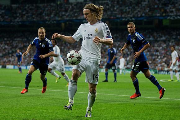 Modric controla la pelota en un partido de los merengues. Foto: Reuters.