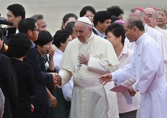 Papa Francisco saluda a familiares de las víctimas del hundimiento del ferri de Sewol. Foto: AFP.