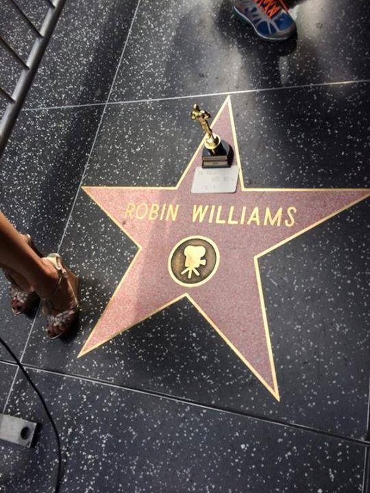 Fans de Robin Williams (1951 - 2014) recuerdan al actor en su estrella del Paseo de la Fama de Hollywood.