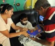 Lázaro Núñez (I), Presidente de la Cooperativa de Créditos y Servicios  Fortalecida (CCSF), Frank País García del municipio de Alquízar, en la provincia de Artemisa, realiza donación a niños de la sala de pediatría del  Instituto Nacional de Oncología y Radiología (INOR) de, en La Habana, Cuba, el 15 de agosto de 2014.  AIN FOTO/Abel PADRÓN PADILLA