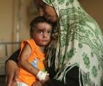 Un niño palestino que sufrió heridas en un bombardeo israelí copia