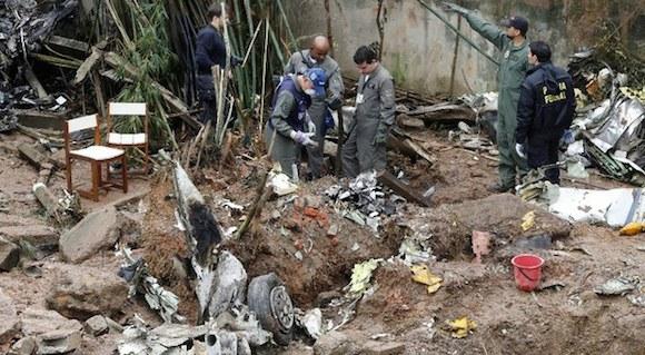 Lugar donde cayó la aeronave en la que viajaba el candidato socialista a la presidencia de Brasil, Eduardo Campos, en Santos. Foto Reuters
