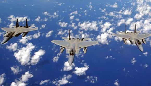 La caída del avión militar no causó heridos en tierra, pero se desconoce el estado del piloto. Foto: EFE.